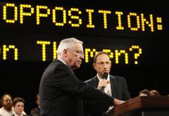 Von 2008 bis 2010: Alt Bundesrat Christoph Blocher (SVP) sprach im Januar 2008 in der Arena mit Moderator Reto Brennwald (rechts). (Archivbild: KEYSTONE/Steffen Schmidt)