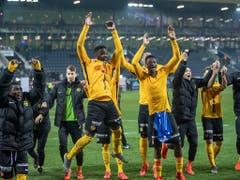 YB-Spieler freuen sich über ihren Erfolg in Luzern. Es fehlen nur noch zwei Punkte zur Titelverteidigung (Bild: KEYSTONE/URS FLUEELER)