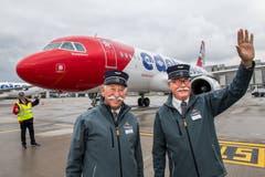 Zwei «Bähnler» des Stanserhorns vor dem Flugzeug: Fritz Heusser (links) und Rolf Stocker.