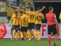 Die Young Boys feiern in Luzern den Sieg und schon bald auch die Meisterschaft (Bild: KEYSTONE/URS FLUEELER)