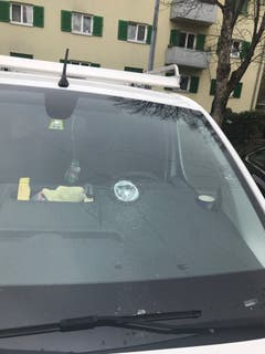 Kaputte Frontscheibe: Ein Felsbrocken traf dieses parkierte Auto.