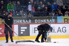 Wütende Fans schmeissen Becher auf das Eis. (Bild: KEYSTONE/Melanie Duchene)