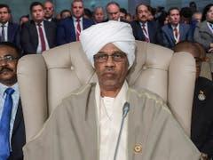 Der Verteidigungsminister Awad Ibn Auf ist nach dem Sturz des sudanesischen Präsidenten Omar al-Baschir als Chef des neuen Militärrats vereidigt worden. (Bild: KEYSTONE/AP AFP/FETHI BELAID)