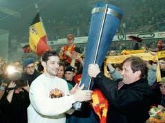 Der Captain des SC Bern, Roberto Triulzi (links), erhält am 27. März 1997 den Pokal überreicht. Mit 3:1 Siegen setzte sich Bern damals gegen Zug durch (Bild: Keystone/TISCHLER/LIMINA)
