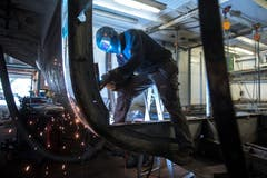 Ein Arbeiter bei der Schweissarbeit. (Bild: Dominik Wunderli, Luzern, 11. April 2019)