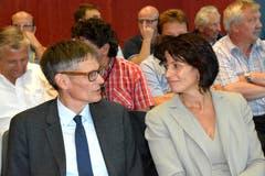 Nationalrat Karl Vogler und die Sarner Bürgerin Doris Leuthard diskutieren an der Energietagung in Obwalden über künftige Energie-Strategien. (Bild: Romano Cuonz, 27. August 2015)