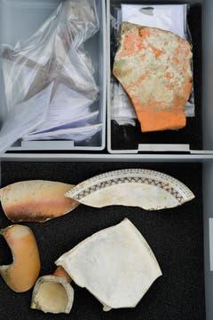 Nicht alle Funde sind mehrere Jahrhunderte alt. Die weissen Tellerscherben stammen aus der jüngeren Zeit. (Bild: Donato Caspari)