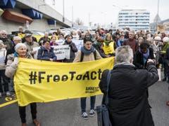 Dutzende Menschenrechtsaktivisten in Neuenburg protestieren gegen eine Bestrafung des Pastors. (Bild: Keystone/JEAN-CHRISTOPHE BOTT)