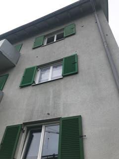 Diese Hausfassade wurde von den Steinen bombardiert.