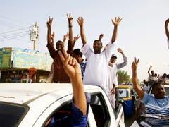 Jubelnd in Richtung Hauptquartier der Armee unterwegs: Sudanesen nach dem Sturz von Omar Al-Baschir in Khartum. (Bild: KEYSTONE/EPA/STR)