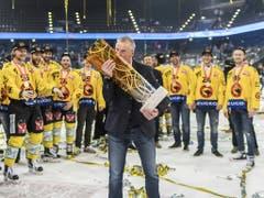 Trainer Kari Jalonen küsst den Meisterpokal und feiert mit seiner Mannschaft im April 2017 den bisher letzten Meistertitel. Auch die zweite Finalserie gegen Zug nach 1997 entschied der SCB für sich - und wieder feierten die Berner im Stadion der Zuger (Bild: Keystone/ENNIO LEANZA)