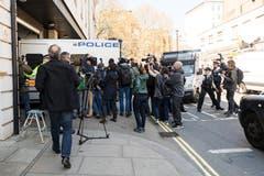 Julian Assange wir in einem Polizeiauto zum Gerichtsgebäude gefahren. (Bild: EPA/VICKIE FLORES)