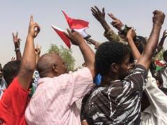 Jubel in Khartum: Sudanesen begrüssen die Absetzung von Machthaber Omar al-Baschir. (Bild: KEYSTONE/AP)
