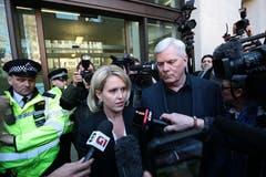 Die Anwältin Jennifer Robinson and Kristinn Hrafnsson, Co-Herausgeber von WikiLeaks stellen sich den Journalisten vor dem Gerichtsgebäude. (Bild: Photo by Jack Taylor/Getty Images)