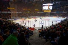 Gute Stimmung in der vollen PostFinance Arena im ersten Eishockey Playoff-Finalspiel in Bern. (Bild: KEYSTONE/Melanie Duchene)
