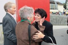 An der Gewerbeausstellung in Kerns: Bundesrätin Doris Leuthard wird von ihrer Tante Trudi und Melk Scheuber-Leuthard begrüsst. (Bild: Roger Zbinden, 12. September 2009)