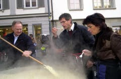 Offener Sonntag in Sarnen mit Risotto-Koch Hans Wallimann, OKB-Direktor Beat Thürig und Doris Leuthard. (Bild Josef Reinhard, 4. Dezember 2005)