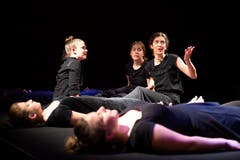 """Die Kollegitheatertruppe spielt """"Im Zwischen - Solange ich tanze, weiss ich, wer ich bin"""" nach einem Motiv der Gebrüder Grimm. (Bild: Angel Sanchez, Altdorf, 11. April 2019)"""