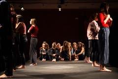 Die Kollegitheatertruppe spielt «Im Zwischen - Solange ich tanze, weiss ich, wer ich bin» nach einem Motiv der Gebrüder Grimm. (Bild: Angel Sanchez, Altdorf, 11. April 2019)