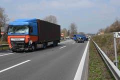 Beteiligt waren ein Lastwagen, ein Lieferwagen und zwei Autos. (Bild: Luzerner Polizei, 12. April 2019)