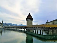 Wolkenverhangener Himmel über der Kapellbrücke. (Bild: Urs Gutfleisch, Luzern, 12. April 2019)
