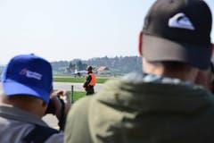 Der Kampfjet des europäischen Herstellers Airbus ist der erste, der vor den kritischen Blicken der Spotter über die Startbahn rollt. (Bild: Samuel Schumacher)