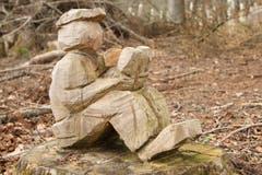 «Setz dich hin und lies ein Buch» – mitten im Brandwald. (Bild: Irene Wanner, Eich, 11. April 2019)
