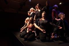 Die Kollegitheatertruppe spielt «Im Zwischen - so lange ich tanze, weiss ich, wer ich bin» nach einem Motiv der Gebrüder Grimm. (Bild: Angel Sanchez, Altdorf, 11. April 2019)