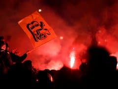 Keine Strassenschlacht, aberausgelassenes Feiern in Bern (Bild: KEYSTONE/STRINGER)