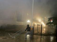 Die Polizei setzte bei Zusammenstössen von Regierungsgegnern mit den Sicherheitskräften am Samstagabend in Tirana auch Tränengas ein. (Bild: KEYSTONE/EPA/MALTON DIBRA)