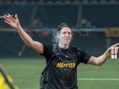 Für einmal mit Bier und Zigarre auf dem Rasen: YB-Goalie Marco Wölfli lässt sich von den Fans im Stade de Suisse feiern. (Bild: KEYSTONE/MARCEL BIERI)