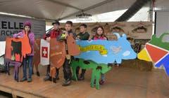 Präsentation der von Schulkindern bemalten Holzkühe. (Bild: Peter Jenni)