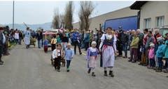 Bäuerinnen mit Kindern in schönen Trachten auf dem Umzug. (Bild: Peter Jenni)