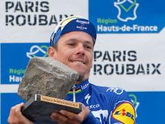 Philippe Gilbert mit der Kopfsteinpflaster-Trophäe, der begehrten Auszeichnung des Siegers von Paris - Roubaix (Bild: KEYSTONE/AP/MICHEL SPINGLER)