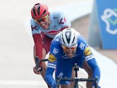 Der zweitplatzierte Deutsche Nils Politt (hinten) hat im Sprint gegen Gilbert keine Chance (Bild: KEYSTONE/AP/MICHEL SPINGLER)