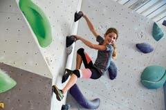 Nach einem ausgiebigen spielerischen Aufwärmen erkunden die Nachwuchskletterer die Boulder-Halle ausgiebig.