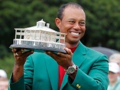 Mag die Trophäe, das Klubhaus von Augusta auch kitschig sein - Tiger Woods' Glück kennt keine Grenzen (Bild: KEYSTONE/EPA/ERIK S. LESSER)