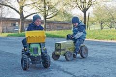 Die Trettraktoren sind auf dem Bauernhof der Familie Lenherr vor allem bei den Jungs beliebt. (Bilder: Katharina Rutz)