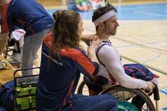 Markus Lampart von den Pilatus Dragons erhält während der Partie eine Massage. (Bild: Roger Grütter, Nottwil, 13. April 2019)