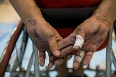 Die Hände der Spieler werden in die Mitleidenschaft gezogen. (Bild: Roger Grütter, Nottwil, 13. April 2019)