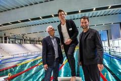 Daniel Suter (Direktor Campus Sursee), Mathias Hecht (Leiter der Sportarena) und sowie Architekt Matthias Schilling in der Schwimmarena. (Bild: Dominik Wunderli, Oberkirch, 15. April 2019)