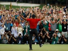 Die Menge tobt, Tiger Woods auch (Bild: KEYSTONE/AP/MATT SLOCUM)