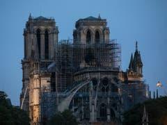 Nach dem verheerenden Brand in der Pariser Kathedrale Notre-Dame konzentrieren sich die Arbeiten der Feuerwehr auf den Kampf gegen letzte Brandherde. Zudem geht es darum, neue Feuer zu verhindern. (Bild: Keystone/AP/Kamil Zihnioglu)