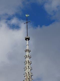 Der Spitzturm der Kirche ist nun abgebrannt. Der Bischof verstaute die Reliquien der beiden Stadtheiligen 1935 zum Schutz der Kirche ausgerechnet im goldenen Gockel auf diesem Spitzturm. (Bild: Key)