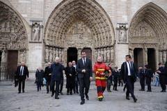 Bild: Frankreichs Innenminister Christophe Castaner (Mitte) mit dem Pariser Feuerwehrkommandanten Jean-Claude Gallet (in Uniform). (Bild: Epa)