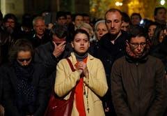 Menschen beten, als die Kathedrale brennt. (Bild: AP Photo/Christophe Ena)