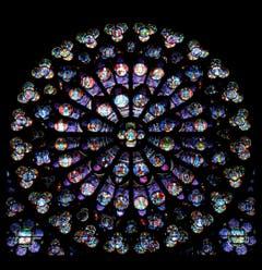 Die farbigen Rundfenster an der Süd-, West- und Nordfassade stammen aus dem 13. Jahrhundert. Die grösste Rosette hat einen Durchmesser von 13 Metern. (Bild: Wikimedia)