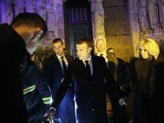 Frankreichs Staatspräsident Emmanuel Macron und seine Frau Brigitte besuchten den Brandort und sprachen mit Feuerwehrleuten. (Bild: KEYSTONE/EPA/YOAN VALAT)
