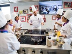 Lernen und kundiger Anleitung. Spitzenköche bringen Studenten das Handwerk bei. Das Kochlabor ist topmodern eingerichtet. (Bild: KEYSTONE/JEAN-CHRISTOPHE BOTT)