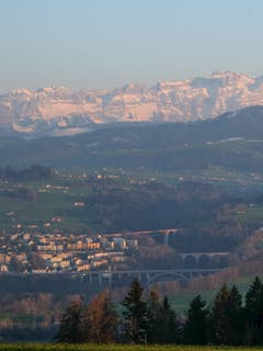 Der Tag geht im Westen St. Gallens zur Neige. Brückenensemble über das Sittertobel (Bild: Franz Häusler)